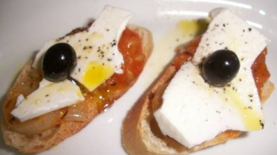 canapes-de-queso-fresco-con-tomate