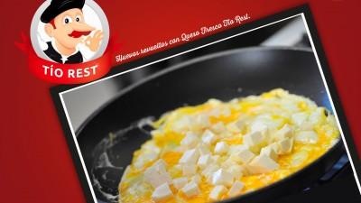 huevos-revueltos-con-queso-de-cabra-fresco-tio-rest
