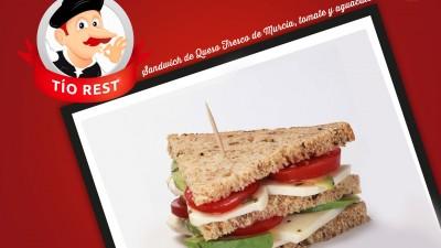 sandwich-de-queso-fresco-de-murcia-con-tomate-y-aguacate